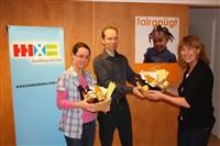 Zwei Teilnehmer der Weltladenrallye freuen sich über Präsentkörbe