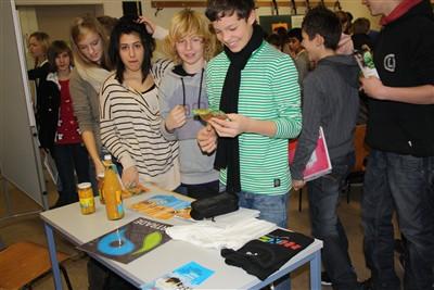 Schüler_innen informieren sich über den fairen Apfel-Mango-Saft