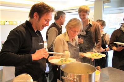 Gerd Schulz vom Santé im Jerusalem und Ute Riggert, Vertretrin des Bistro-Profils der Stadtteilschule Bergedorf, freuen sich aufs Kichererbsen Curry.