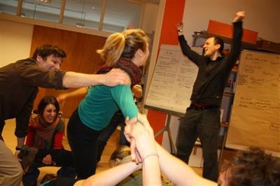 Seminarteilnehmer_innen haben Spaß beim Training von Aktionsformen
