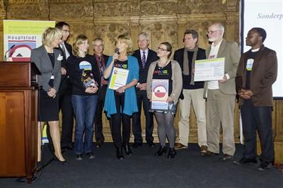 Die Delegation der Freien und Hansestadt Hamburg nimmt den Sonderpreis für Guck ma entgegen.