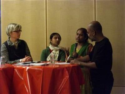 Shahida Sarker, Suma Sarker und Dr. Pratima Paul-Majumder aus Bangladesch berichten zum Thema Arbeit in Würde über Arbeitsbedingungen in Bekleidungsfabriken in Bangladesh (Foto: Dr. Gisela Burkhardt)