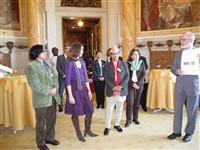 faire hmf-shirts werden im Rathaus von Herrn Grätz an die Gäste der UN-Dekade überreicht.
