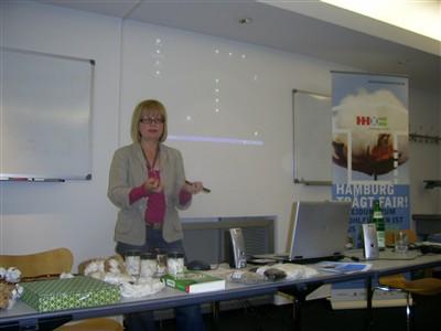Ulrike Ott erläutert den Baumwollanbau