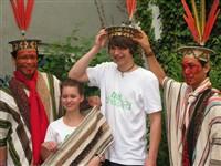 Benki und Moses Piyako mit Schülern der Schülerfirma fairdressed