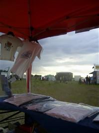 Die Bühne auf dem fairtragen-Festival-Gelände, im Vordergrund die hmf Shirts