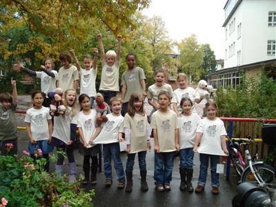 Die Klasse 3b der Schule Winterhuder Weg freut sich über die öko-fairen T-Shirts!